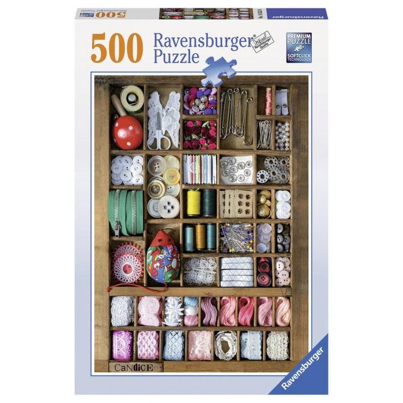 Пазл Шкатулка для рукоделия 500 деталейПазл Шкатулка для рукоделия марки Ravensburger для девочек.<br>Яркий пазл из 500 элементов с изображением шкатулки с принадлежностями для рукоделия.<br><br>Возраст от: 12 лет<br>Пол: Для девочки<br>Артикул: 653862<br>Бренд: Германия<br>Размер: от 12 лет<br>Количество деталей: от 301 до 500<br>Тематика: Разное