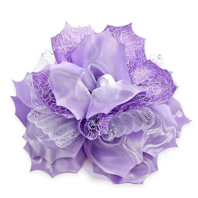 БантШкольный бант фиолетовогоцвета марки Arco Carino.<br>Пышный бант ручной работы выполнен в форме цветка с атласными лепестками и украшен органзой, плотной сеточкой, а также лентами белого цвета с серебристойстрочкой. Модель крепится на волосы с помощью удобной эластичной резинки. Яркий бант украсит прическу, а также дополнит праздничный образ.<br>Диаметр: 18 см.<br><br>Цвет: Фиолетовый<br>Пол: Для девочки<br>Артикул: 647807<br>Страна производитель: Россия<br>Состав: 100% Нейлон<br>Бренд: Россия<br>Размер: Без размера