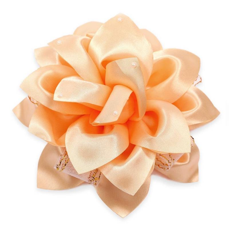 БантШкольный бант оранжевогоцвета марки Arco Carino.<br>Пышный бант ручной работы выполнен в форме цветка с атласными лепестками и украшен жемчужными бусинками, а также плотной сеточкой с золотистойнитью. Модель крепится на волосы с помощью удобной эластичной резинки. Яркий бант украсит прическу и дополнит праздничный образ.<br>Диаметр: 17 см.<br><br>Цвет: Оранжевый<br>Пол: Для девочки<br>Артикул: 647804<br>Страна производитель: Россия<br>Состав: 100% Нейлон<br>Бренд: Россия<br>Размер: Без размера