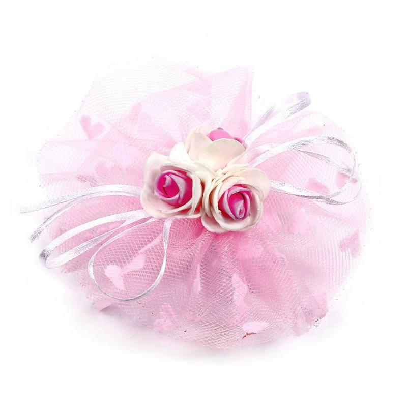 БантПраздничныйбант сиреневогоцвета марки Arco Carino.<br>Бант ручной работы выполнен в форме цветка из фатина, а также украшен тремя розочками по центру и тонкими лентами. Модель крепится на волосы с помощью удобной эластичной резинки. Бант украсит прическу и дополнит праздничный образ.<br>Диаметр: 12 см.<br><br>Цвет: Сиреневый<br>Пол: Для девочки<br>Артикул: 647786<br>Страна производитель: Россия<br>Бренд: Россия<br>Размер: Без размера