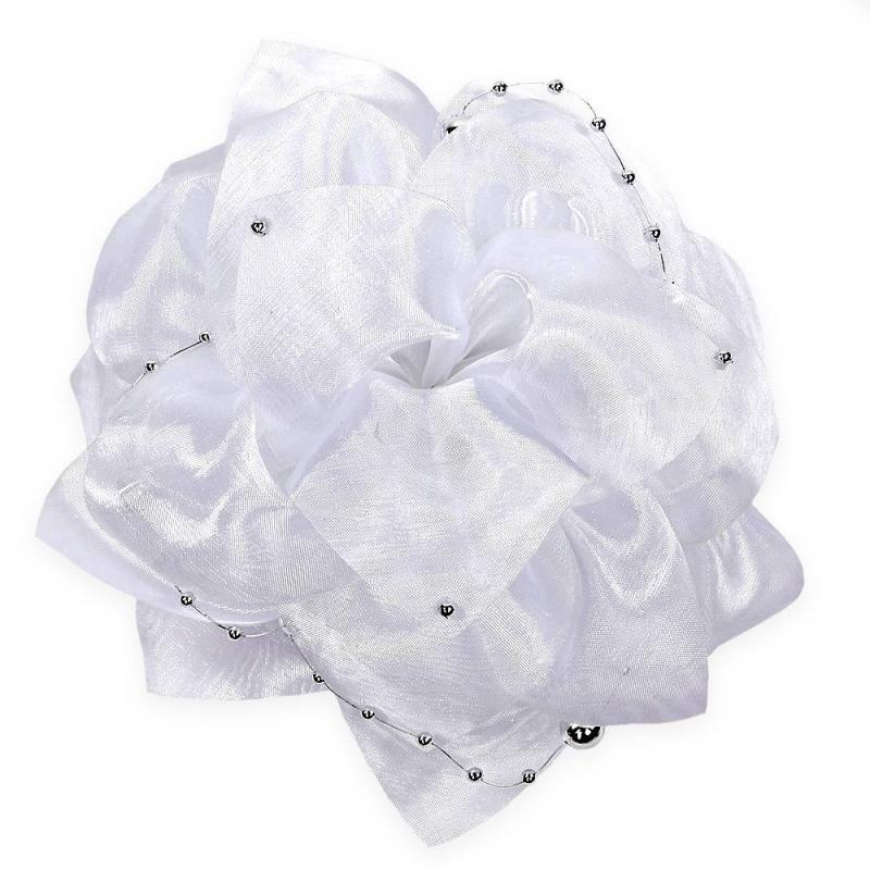 БантШкольный бант белогоцвета марки Arco Carino.<br>Пышный бант ручной работы выполнен в форме цветка с лепестками из органзы и украшен нитью с бусинами. Модель крепится на волосы с помощью удобной эластичной резинки. Стильныйбант украсит прическу, а также дополнит праздничный образ.<br>Диаметр: 17 см.<br><br>Цвет: Белый<br>Пол: Для девочки<br>Артикул: 647790<br>Бренд: Россия<br>Страна производитель: Россия<br>Состав: 100% Нейлон<br>Размер: Без размера