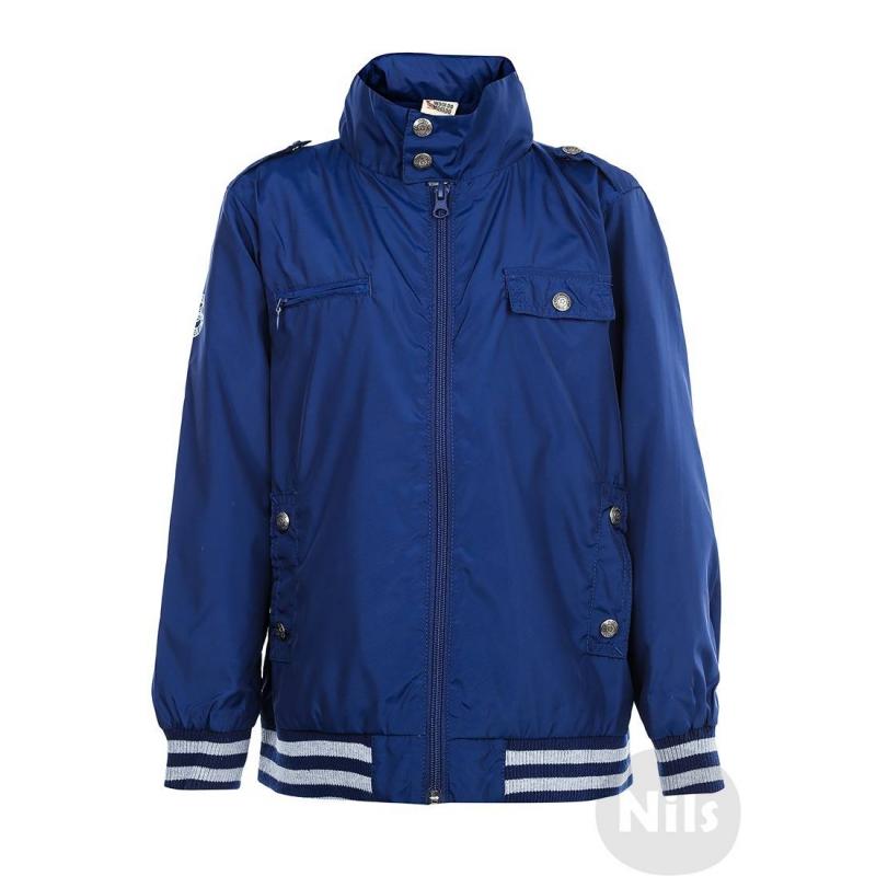 КурткаТемно-синяя ветровка марки WOOLOO MOOLOO для мальчиков. Легкая непромокаемая ветровка с потайным капюшоном, который можно спрятать под воротник. Есть подкладка из сеточки и четыре кармана. Манжеты и низ куртки выполнены из эластичного трикотажа. Куртка украшена стильным принтом на спине.<br><br>Размер: 8 лет<br>Цвет: Темносиний<br>Рост: 128<br>Пол: Для мальчика<br>Артикул: 605861<br>Страна производитель: Китай<br>Сезон: Всесезонный<br>Состав: 100% Полиэстер<br>Состав подкладки: 100% Полиэстер<br>Бренд: Испания