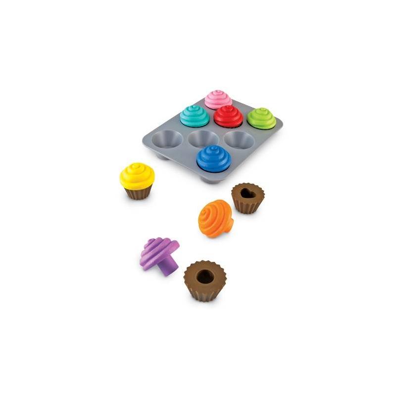 Набор КексыНабор Кексы серииSmart Snacksмарки Learning Resources.<br>Сортер с яркими кексами в игровой форме дает понимание о форме и цвете, а также помогает развить мелкую моторику и визуальное восприятие. Игрушки выполнены из безопасного пластика и удобны для маленьких детских ручек.<br>В комплекте: 8 кексов, форма для выпечки.<br><br>Возраст от: 2 года<br>Пол: Не указан<br>Артикул: 648623<br>Страна производитель: Китай<br>Бренд: США<br>Размер: от 2 лет