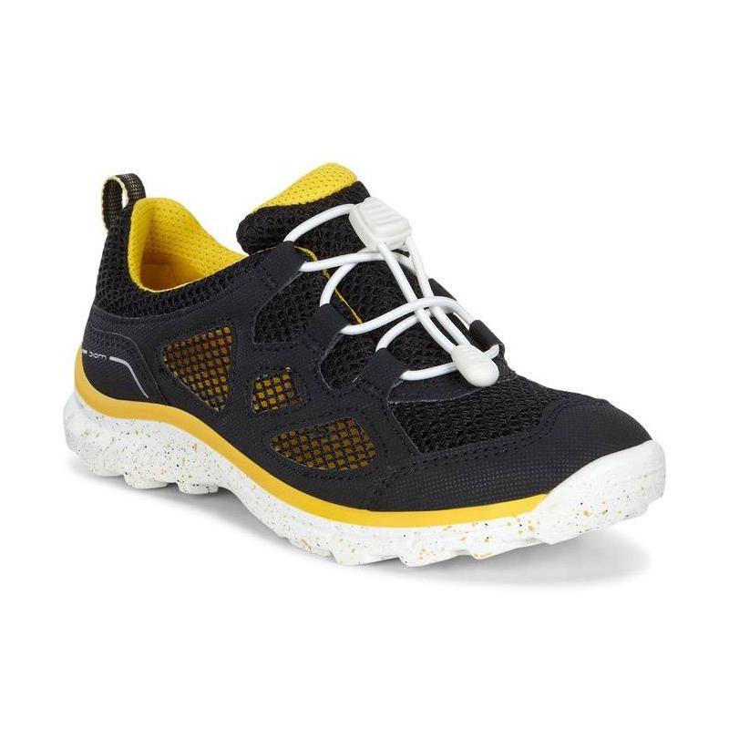 КроссовкиКроссовкичерногоцвета марки ECCO.<br>Стильные кроссовки выгодно подчеркнуты контрастной шнуровкой и яркими вставками, а такжеподошвой белого цвета с принтом конфетти. Сетчатый верх делает кроссовки максимально дышащими и идеальными для жаркого лета. Технология быстрой шнуровки Speed Lace облегчает надевание и позволяет регулировать размер.Легкая полиуретановая подошва обладает амортизирующим эффектом,высокой износостойкостью и гибкостью.<br>Светоотражающие элементы обеспечат безопасность в темное время суток.<br><br>Размер: 32<br>Цвет: Черный<br>Пол: Не указан<br>Артикул: 675045<br>Страна производитель: Индонезия<br>Сезон: Весна/Лето<br>Материал верха: Искусственная кожа/Текстиль<br>Материал подкладки: Текстиль<br>Материал стельки: Текстиль<br>Материал подошвы: Полиуретан/Резина<br>Бренд: Дания