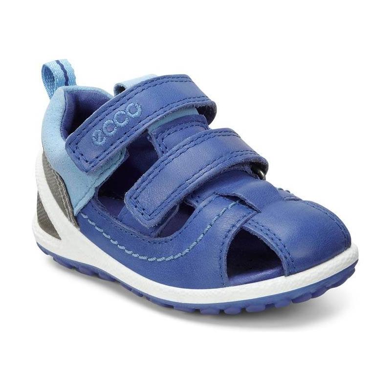 СандалииСандалии синегоцвета марки ECCO для мальчиков.<br>Стильные сандалии декорированы вставками голубого и серебристого цвета, а также выгодно подчеркнуты белой подошвой. Модель анатомической формы для естественного движения дополнена застежками на липучках, которые обеспечивают удобную регулировку подъема и полноты. Кожаная подкладка абсорбирует влагу и пропускает воздух. Сандалии с легкой, гибкой и прочной подошвой создают оптимальные условия для растущей ноги ребенка, благодаря непревзойденному комфорту.<br><br>Размер: 19<br>Цвет: Синий<br>Пол: Для мальчика<br>Артикул: 675456<br>Бренд: Дания<br>Страна производитель: Индонезия<br>Сезон: Весна/Лето<br>Материал верха: Натуральная кожа/Текстиль<br>Материал подкладки: Натуральная кожа<br>Материал стельки: Микрофибра<br>Материал подошвы: Полиуретан/Термополиуретан