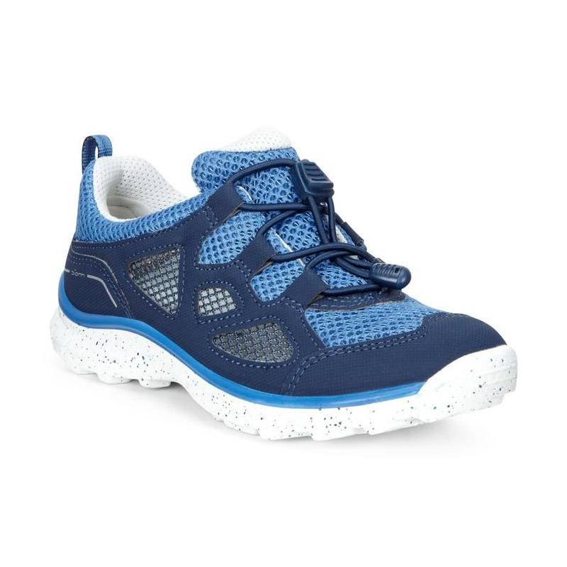 КроссовкиКроссовкисинегоцвета марки ECCO для мальчиков.<br>Стильные кроссовки выгодно подчеркнуты контрастными вставками, а такжеподошвой белого цвета с принтом конфетти. Сетчатый верх делает кроссовки максимально дышащими и идеальными для жаркого лета. Технология быстрой шнуровки Speed Lace облегчает надевание и позволяет регулировать размер.Легкая полиуретановая подошва обладает амортизирующим эффектом,высокой износостойкостью и гибкостью.<br>Светоотражающие элементы обеспечат безопасность в темное время суток.<br><br>Размер: 34<br>Цвет: Синий<br>Пол: Для мальчика<br>Артикул: 675056<br>Страна производитель: Индонезия<br>Сезон: Весна/Лето<br>Материал верха: Искусственная кожа/Текстиль<br>Материал подкладки: Текстиль<br>Материал стельки: Текстиль<br>Материал подошвы: Полиуретан/Резина<br>Бренд: Дания