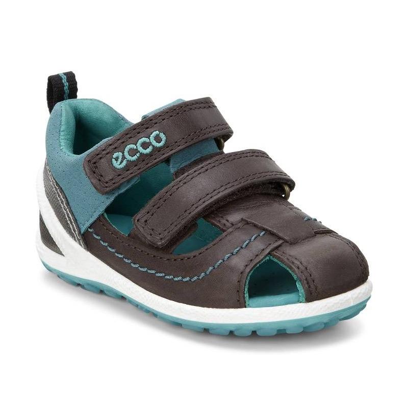 СандалииСандалии коричневогоцвета марки ECCO для мальчиков.<br>Стильные сандалии декорированы контрастными вставками и швом, а также выгодно подчеркнуты белой подошвой. Модель анатомической формы для естественного движения дополнена застежками на липучках, которые обеспечивают удобную регулировку подъема и полноты. Кожаная подкладка абсорбирует влагу и пропускает воздух. Сандалии с легкой, гибкой и прочной подошвой создают оптимальные условия для растущей ноги ребенка, благодаря непревзойденному комфорту.<br><br>Размер: 23<br>Цвет: Коричневый<br>Пол: Для мальчика<br>Артикул: 675463<br>Страна производитель: Индонезия<br>Сезон: Весна/Лето<br>Материал верха: Натуральная кожа/Текстиль<br>Материал подкладки: Натуральная кожа<br>Материал стельки: Микрофибра<br>Материал подошвы: Полиуретан/Термополиуретан<br>Бренд: Дания