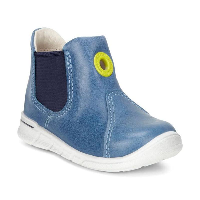 БотинкиБотинки голубогоцвета марки ECCO для мальчиков.<br>Ботинки Chelsea выполнены из натуральной кожи и украшены декоративным люверсом контрастного цвета, а также выгодно подчеркнуты темно-синей широкой резинкой. Модель дополнена уникальными двухслойными стельками Comfort Fibre System и внутренней застежкой-молнией, облегчающей надевание. Мягкие и удобные ботинки с кожаной подкладкой, которая создает повышенный комфорт и позволяет стопам дышать. Литая полиуретановая подошва обеспечивает продолжительный амортизирующий эффект и гибкость, что делает их идеальными для повседневной ходьбы.<br><br>Размер: 25<br>Цвет: Голубой<br>Пол: Для мальчика<br>Артикул: 675478<br>Бренд: Дания<br>Страна производитель: Индонезия<br>Сезон: Весна/Лето<br>Материал верха: Натуральная кожа/Текстиль<br>Материал подкладки: Натуральная кожа<br>Материал стельки: Натуральная кожа<br>Материал подошвы: Полиуретан