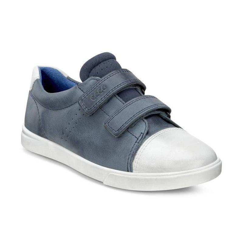 КроссовкиКроссовкисинегоцвета марки ECCO длямальчиков.<br>Стильные кроссовки на липучках выполнены в насыщенномцвете из натуральной кожи. Контрастные вставки белого цвета выгодно подчеркивают удобную модель. Текстильнаяподкладка создает благоприятный климат внутри обуви. Удобная застежкаобеспечивает возможность регулирования размера и удобство надевания.Легкая полиуретановая подошва обладает амортизирующим эффектом,высокой износостойкостью и гибкостью.<br><br>Размер: 29<br>Цвет: Синий<br>Пол: Для мальчика<br>Артикул: 675240<br>Страна производитель: Словакия<br>Сезон: Весна/Лето<br>Материал верха: Натуральная кожа<br>Материал подкладки: Текстиль<br>Материал стельки: Текстиль<br>Материал подошвы: Полиуретан<br>Бренд: Дания