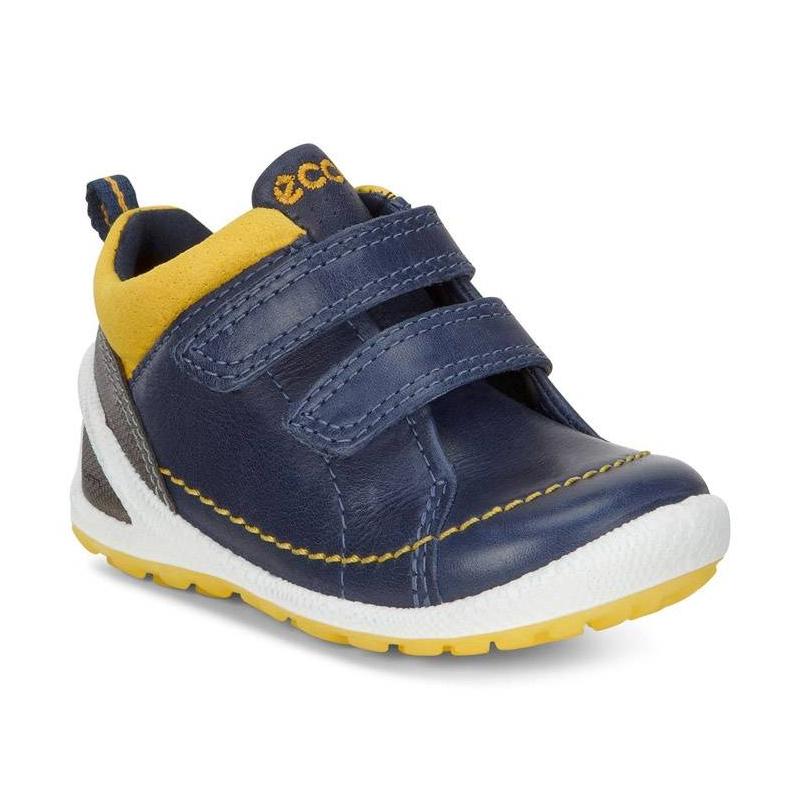 БотинкиБотинкитемно-синегоцвета марки ECCO длямальчиков.<br>Стильные спортивные ботинки,выполненныеиз натуральной кожи, подчеркнуты контрастной бело-желтойподошвой и яркими вставками. Модельдополнена удобными застежками-липучками. Дышащая текстильная подкладка поддержит оптимальный микроклимат ног.Съемная кожаная двухслойная CFS стелька усиливает циркуляцию воздуха, сохраняя свежесть и прохладу в течение всего дня.Литая гибкая подошваобладает амортизирующим эффектом и обеспечивает комфортпри ходьбе.<br><br>Размер: 20<br>Цвет: Темносиний<br>Пол: Для мальчика<br>Артикул: 675431<br>Страна производитель: Индонезия<br>Сезон: Весна/Лето<br>Материал верха: Натуральная кожа/Текстиль<br>Материал подкладки: Текстиль<br>Материал стельки: Натуральная кожа<br>Материал подошвы: Полиуретан/Термополиуретан<br>Бренд: Дания