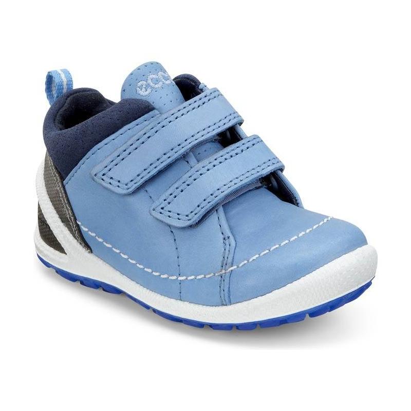 БотинкиБотинки голубого цвета марки ECCO для мальчиков.<br>Стильные спортивные ботинки,выполненныеиз натуральной кожи, подчеркнуты контрастной синейподошвой. Модельдополнена удобными застежками-липучками. Дышащая текстильная подкладка поддержит оптимальный микроклимат ног.Съемная кожаная двухслойная CFS стелька усиливает циркуляцию воздуха, сохраняя свежесть и прохладу в течение всего дня.Литая гибкая подошваобладает амортизирующим эффектом и обеспечивает комфортпри ходьбе.<br><br>Размер: 21<br>Цвет: Голубой<br>Пол: Для мальчика<br>Артикул: 675436<br>Страна производитель: Индонезия<br>Сезон: Весна/Лето<br>Материал верха: Натуральная кожа/Текстиль<br>Материал подкладки: Текстиль<br>Материал стельки: Натуральная кожа<br>Материал подошвы: Полиуретан/Термополиуретан<br>Бренд: Дания