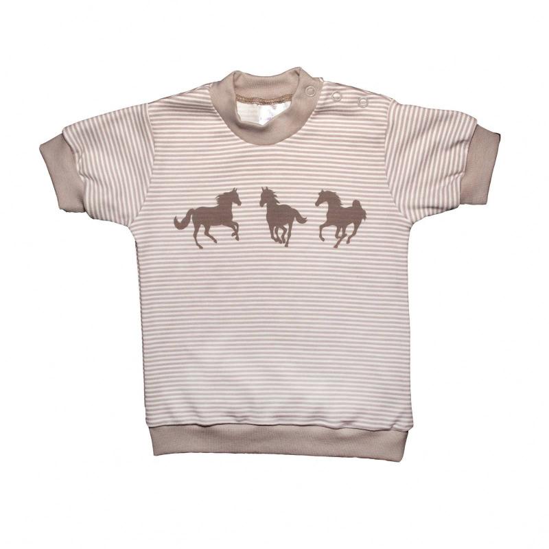 ФутболкаФутболкабежевогоцвета маркиМамуляндиядлямальчиков.<br>Стильная футболка с коротким рукавом, выполненная из чистого хлопка, декорирована принтом в белую полоску и небольшим изображением лошадей. Модель дополнена манжетами и кнопками на плече для удобства переодевания малыша.<br><br>Размер: 3 месяца<br>Цвет: Бежевый<br>Рост: 62<br>Пол: Для мальчика<br>Артикул: 676643<br>Страна производитель: Россия<br>Сезон: Весна/Лето<br>Состав: 100% Хлопок<br>Бренд: Россия