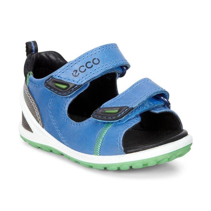 СандалииСандалии голубого цвета марки ECCO для мальчиков.<br>Стильные сандалиина липучках выполнены в насыщенных цветах из натуральной кожи. Контрастные вставки выгодно подчеркивают удобную модель.Кожаная подкладка и стелька создают повышенный комфорт и позволяют ногам дышать. Благодаря застежке-липучке на двух ремешках сандалии легко надеваются, а размер можно отрегулировать. Литая промежуточная подошва из полиуретановой пены имеет амортизирующие свойства, обеспечивает комфорт при повседневной носке.<br><br>Размер: 21<br>Цвет: Голубой<br>Пол: Для мальчика<br>Артикул: 675618<br>Страна производитель: Индонезия<br>Сезон: Весна/Лето<br>Материал верха: Нат.кожа / Иск.кожа / Текстиль<br>Материал подкладки: Натуральная кожа<br>Материал стельки: ЭВА (каучук)/Натуральная кожа<br>Материал подошвы: Полиуретан/Термополиуретан<br>Бренд: Дания