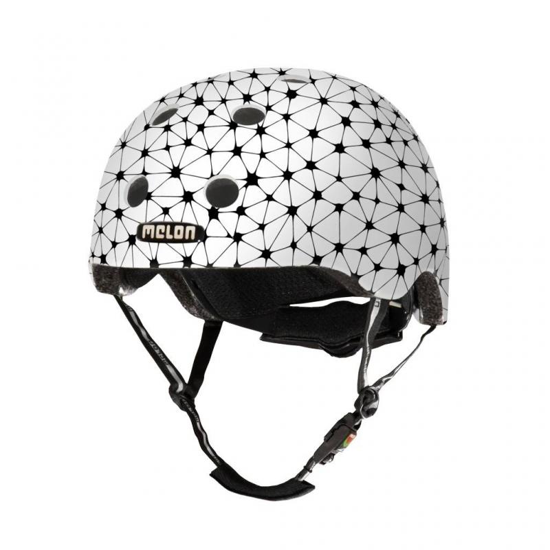 Шлем SynapsesШлем Synapses белогоцвета марки Melon.<br>Шлем обладает рядом важных преимуществ:- Внутри шлема расположены съемные прокладки Coolmax. Они изготовлены из мягкого пенообразующего материала, что обеспечивает отличный влагообмен и гигиеническую чистоту, т.к. прокладки можно стирать при 30°С.- Шлем оснащен запатентованной системой вентиляции MACS Melon, которая состоит из воздушных каналов и 12 вентиляционных отверстий.- Для безопасной и удобной посадки шлема используется запатентованная система Spin Dial. Она представляет собой кольцо и направляющие, с помощью которых происходит идеальная регулировка посадки. Система съемная.- Внутренняя оболочка сочетает в себе повышенную ударопрочность и вместе с тем суперлегкость. Шлем оснащен интегрированными ремнями, обладающими высокой прочностью при растяжении.- Запатентованная магнитная пряжка Fidlock позволяет с легкостью застегнуть ремни шлема одной рукой.- Вес шлема 250 грамм (*без съемной системы Spin Dial).- Высокая степень безопасности достигается также при помощи светоотражающих вставок в ремнях, стикерах и логотипах на поверхности шлема.<br>Размеры:S – окружность головы 46-52 см.L – окружность головы 52-58 см.XXL – окружность головы 58-63 см.<br><br>Цвет: Белый<br>Размер: Без размера<br>Пол: Не указан<br>Артикул: 677287<br>Бренд: Германия<br>Страна производитель: Китай