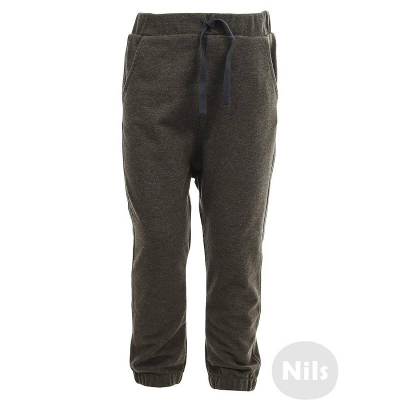 БрюкиБрюки серого цвета марки WOJCIK для мальчиков.<br>Спортивные брюки с карманами выполнены из плотного хлопкового трикотажа. Пояс и манжеты на удобной широкой резинке. Завязки на поясе выполняют декоративную функцию. Брюки украшены стильной нашивкой.<br><br>Размер: 2 года<br>Цвет: Серый<br>Рост: 92<br>Пол: Для мальчика<br>Артикул: 606809<br>Бренд: Польша<br>Страна производитель: Польша<br>Сезон: Всесезонный<br>Состав: 97% Хлопок, 3% Эластан