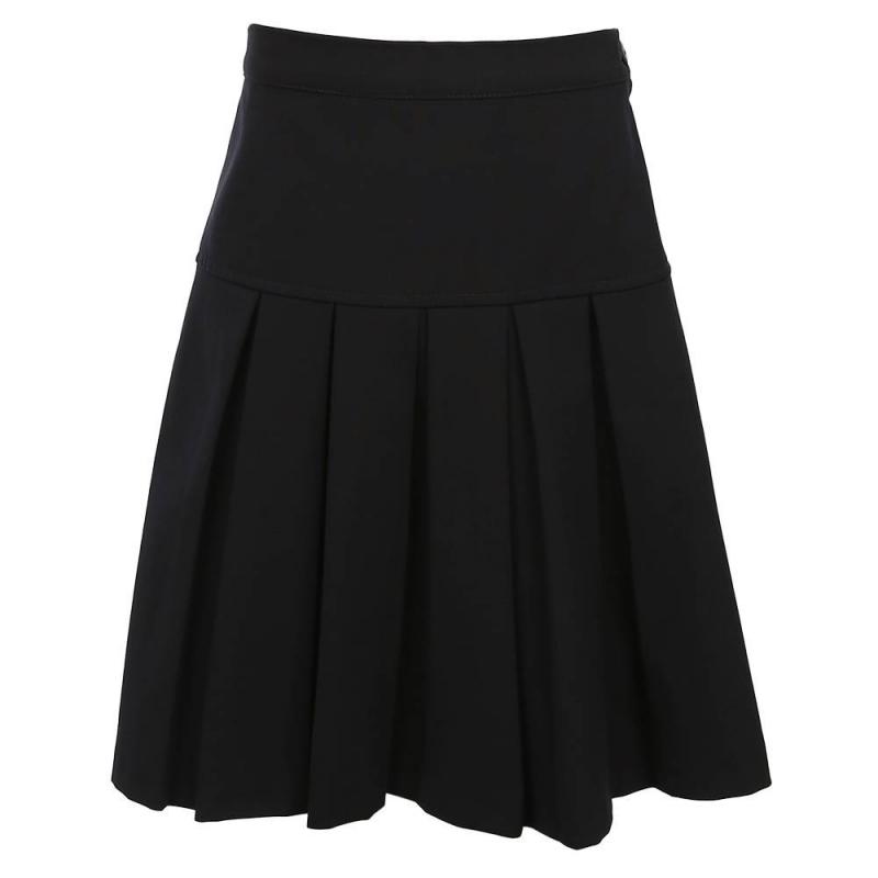 ЮбкаЮбка темно-синегоцвета модели К92 марки Смена.<br>Классическая юбка в складку выполнена из качественной ткани, которая отлично держит форму и проста в уходе. Модель дополнена резинкой на поясе и застегивается на удобную боковую молнию, которая фиксируется пуговицей.<br>Юбка отлично сочетается с блузками и водолазками.<br><br>Размер: 8 лет<br>Цвет: Темносиний<br>Размер: 128/60<br>Пол: Для девочки<br>Артикул: 702661<br>Бренд: Россия<br>Страна производитель: Россия<br>Сезон: Всесезонный<br>Состав: 55% Полиэстер, 40% Вискоза, 5% Эластан