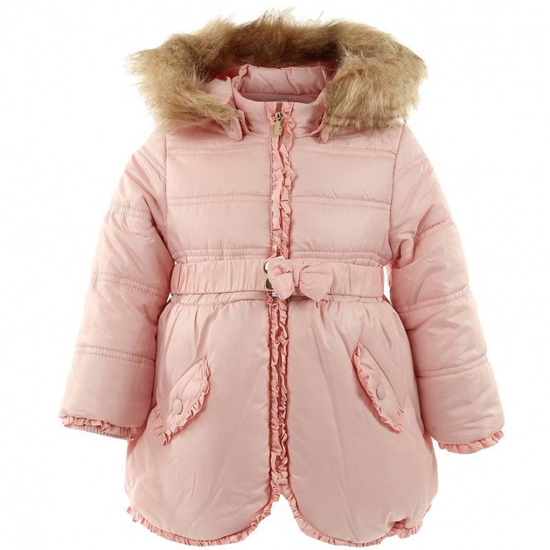 КурткаКуртка для девочек марки MAYORAL светло-розового цвета с меховой окантовкой на капюшоне. Теплая куртка подойдет для дождливой и холодной осенней погоды. Верх из плотного непромокаемого материала защищает от влаги, подкладка из хлопкового трикотажа обеспечивает комфорт. На рукавах имеются эластичные манжеты. Съемный капюшон на кнопках окантован искусственным мехом, который такжеможно снимать (мех крепится на маленьких скрытых пуговицах). Куртка украшена рюшами на рукавах, на декоративных клапанах фальш-карманов и по кромке (молния красиво закрывается рюшами). Эластичный пояс смилым бантиком застегивается спереди на кнопки.<br><br>Размер: 18 месяцев<br>Цвет: Розовый<br>Рост: 86<br>Пол: Для девочки<br>Артикул: 601207<br>Страна производитель: Китай<br>Сезон: Осень/Зима<br>Состав верха: 100% Полиэстер<br>Состав подкладки: 65% Полиэстер, 35% Хлопок<br>Бренд: Испания<br>Вид застежки: Молния<br>Наполнитель: 100% Полиэстер