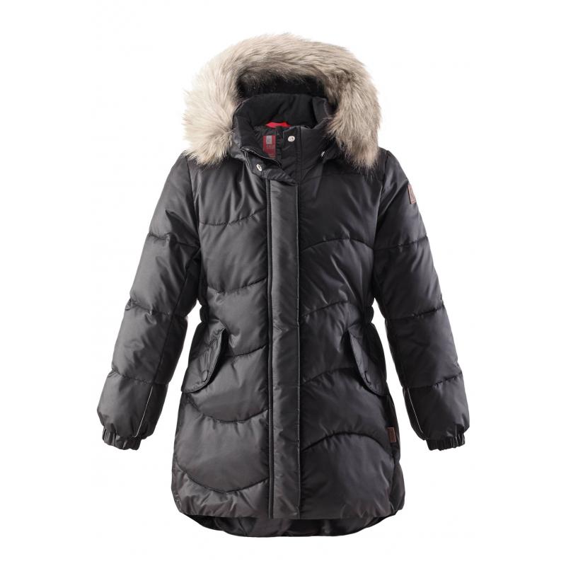 ПальтоПальточёрногоцвета марки REIMA для девочек.<br>Зимнее пальто на подкладке выполнено из ветронепроницаемого материала с водоотталкивающими свойствами. Модель застёгивается намолнию с ветрозащитной планкой на кнопках.Съёмный капюшон на кнопках отстёгивающейся каймой из текстильного мехаи отделан мягкой тканью с внутренней стороны. Удобные резинки на манжетах, а также по низу изделия обеспечивают плотное прилегание и защищают от ветра. Пальто дополнено двумя передними карманами на кнопках. Светоотражающие детали обеспечивают безопасность ребёнка в тёмное время суток.<br><br>Размер: 4 года<br>Цвет: Черный<br>Рост: 104<br>Пол: Для девочки<br>Артикул: 805771<br>Бренд: Финляндия<br>Страна производитель: Китай<br>Сезон: Осень/Зима<br>Коллекция: 2016<br>Состав: 55% Полиамид, 45% Полиэстер<br>Состав подкладки: 100% Полиэстер<br>Наполнитель: 100% Полиэстер<br>Покрытие: Полиуретан<br>Температура: до -20°<br>Тип: Зима<br>Серия: Reima