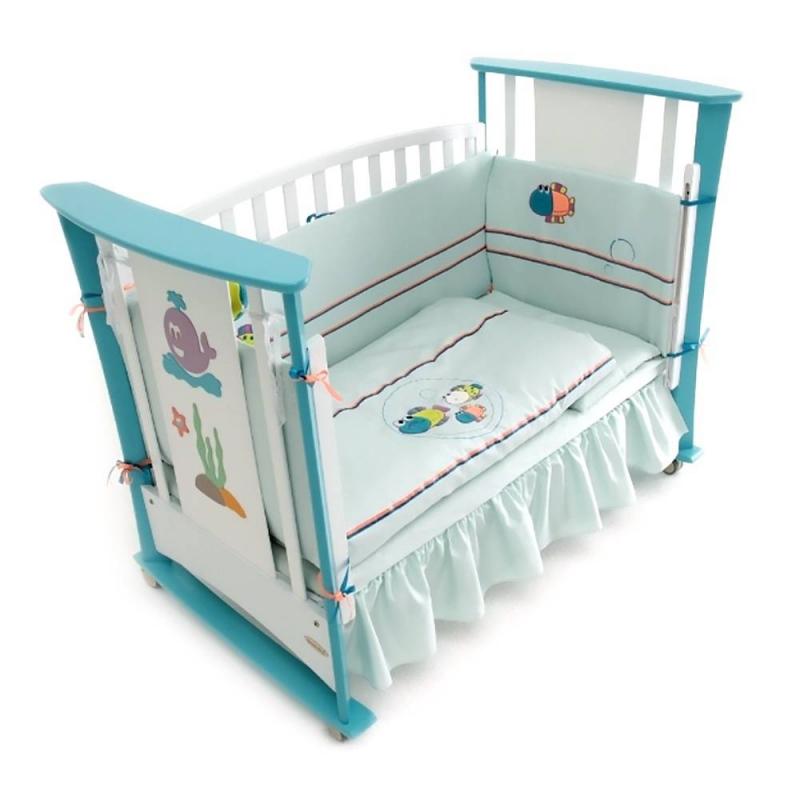 Комплект в кроватку Морская баллада Люкс 7 предметовКомплект в кроватку Морская баллада Люкс 7 предметовголубогоцвета марки RTC для мальчиков.<br>В набор, предназначенный для спального места размером 140х70 см., входит:<br>1. Мягкий борт высотой 45 см., состоящий из двух частей, устанавливается по периметру;2. Одеяло 100х120 см;3. Плоская подушка 40х60 см;4. Наволочка 40х60 см;5. Простыня на резинке 140х70 см;6. Пододеяльник 100х120 см;7. Подзор под матрац 140х70 см.<br>Однотонныйкомплект выполнен из натурального хлопка. Бортик и одеяло украшены яркой объёмной аппликацией с изображением забавных рыб.<br>Материал: сатин(100% хлопок).Наполнитель: холофайбет.<br><br>Цвет: Голубой<br>Пол: Для мальчика<br>Артикул: 711123<br>Бренд: Россия<br>Страна производитель: Россия<br>Состав: 100% Хлопок<br>Наполнитель: Холофайбет<br>Размер: Без размера