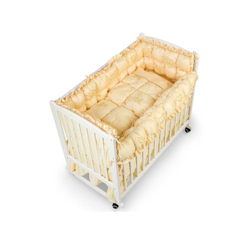 Комплект в кроватку Mosaico 9 предметовКомплект в кроватку Mosaico 9 предметов золотогоцвета марки RTC. В набор, предназначенный для спального места размером 120х60 см., входит:<br>1. Мягкий борт высотой 55 см., состоящий из двух частей, устанавливается по периметру;<br>2. Полог (балдахин);<br>3. Одеяло 100х130 см;<br>4. Подушка 40х60 см;<br>5. Наволочка 40х60 см;<br>6. Простыня на резинке 120х60 см;<br>7. Подзор на кроватку;<br>8. Пододеяльник-накидка 2 шт.<br>Однотонный комплект с наполнителем выполнен из натурального хлопка. Элементы набора украшены нежными рюшами, а также вышивкой золотыми нитями в виде красивых листочков.<br><br>Цвет: Золотой<br>Пол: Не указан<br>Артикул: 711084<br>Бренд: Россия<br>Страна производитель: Россия<br>Состав: 100% Хлопок<br>Наполнитель: Полиэфирное волокно<br>Размер: Без размера