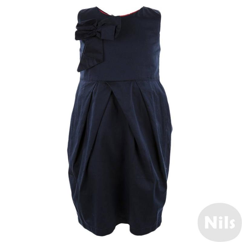 ПлатьеТемно-синее платье марки 5.10.15. Платье сшито из хлопка и дополнено красной подкладкой в горошек. Платье украшено драпировкой косыми складками у пояса, а также объемным бантом на груди. Застегивается на потайную молнию на спинке.<br><br>Размер: 4 года<br>Цвет: Темносиний<br>Рост: 104<br>Пол: Для девочки<br>Артикул: 609981<br>Страна производитель: Китай<br>Сезон: Всесезонный<br>Состав: 100% Хлопок<br>Бренд: Польша<br>Вид застежки: Молния